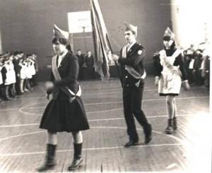Фото из семейного архива семьи Наабер Л.В. Вынос знамени на торжественной линейке в школе №2 (1984 год)